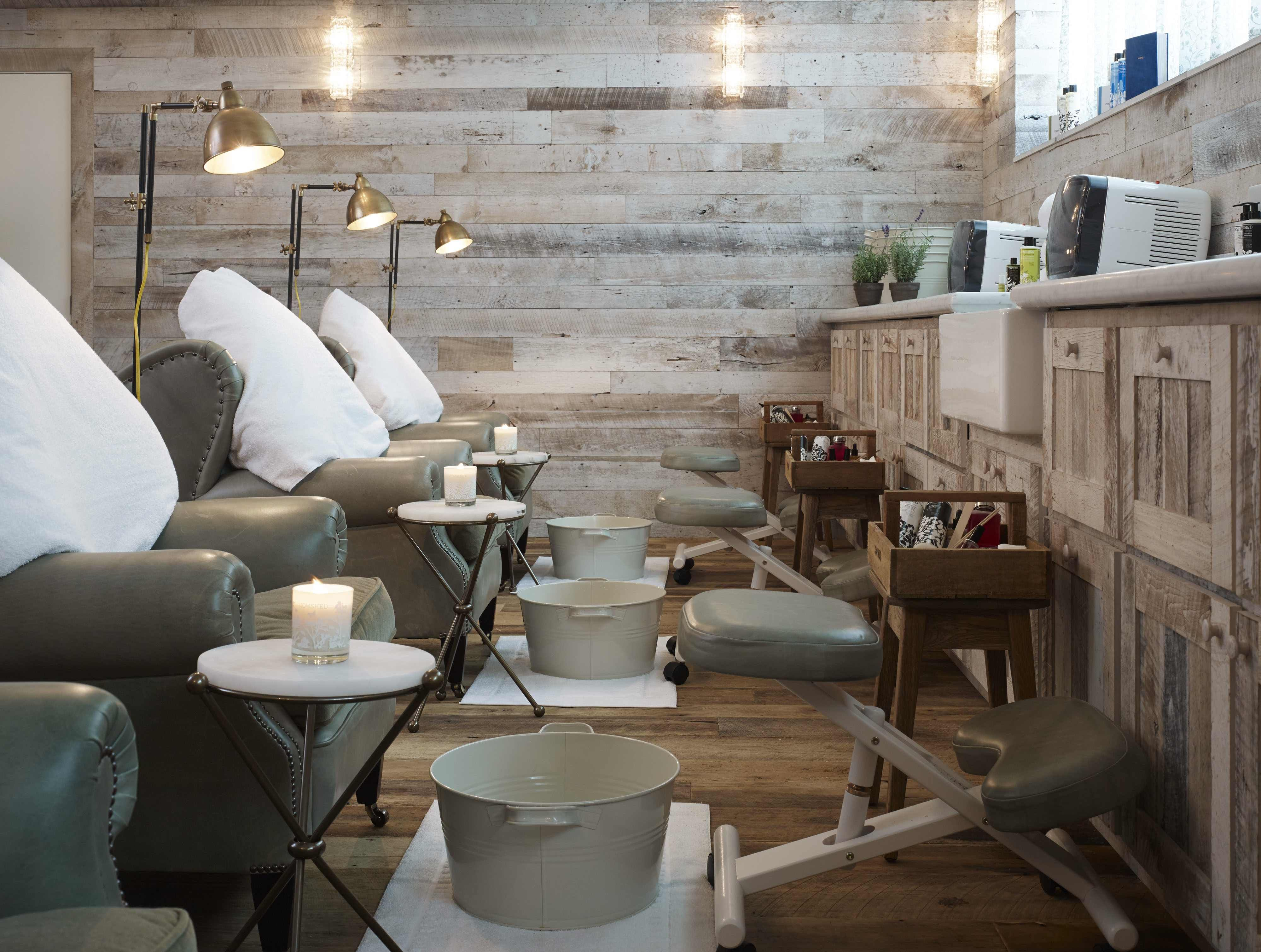 Cowshed spa in chicago has a cozy chic rustic interior for Soho interior design ideas