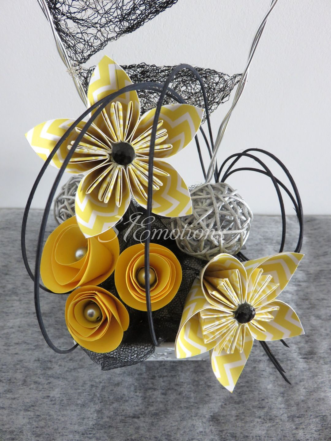 composition florale fleurs kusudama en papier origami. Black Bedroom Furniture Sets. Home Design Ideas