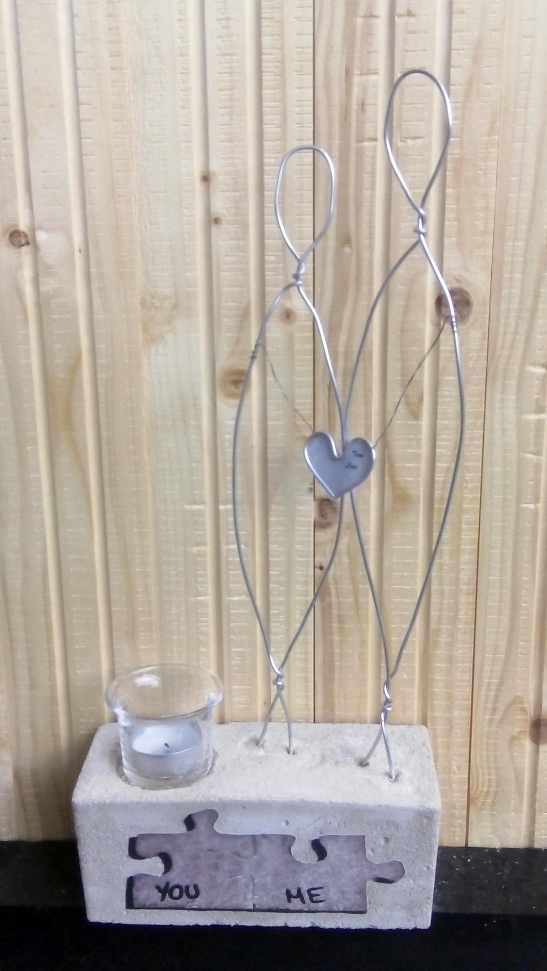 Der nächste Beton Klotz folgte bald: Liebespaar mit Kerze verziert mit einem Herz aus Papierdraht und hinterlegt mit einem Papierausdruck 'True love'. Dank Bastelkleber wird es haltbar.  Die Puzzleteile sind ebenfalls aus aufgeklebt.