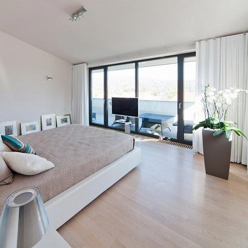 Moderne villa slaapkamer met grote inloopkast | Interieur inrichting ...