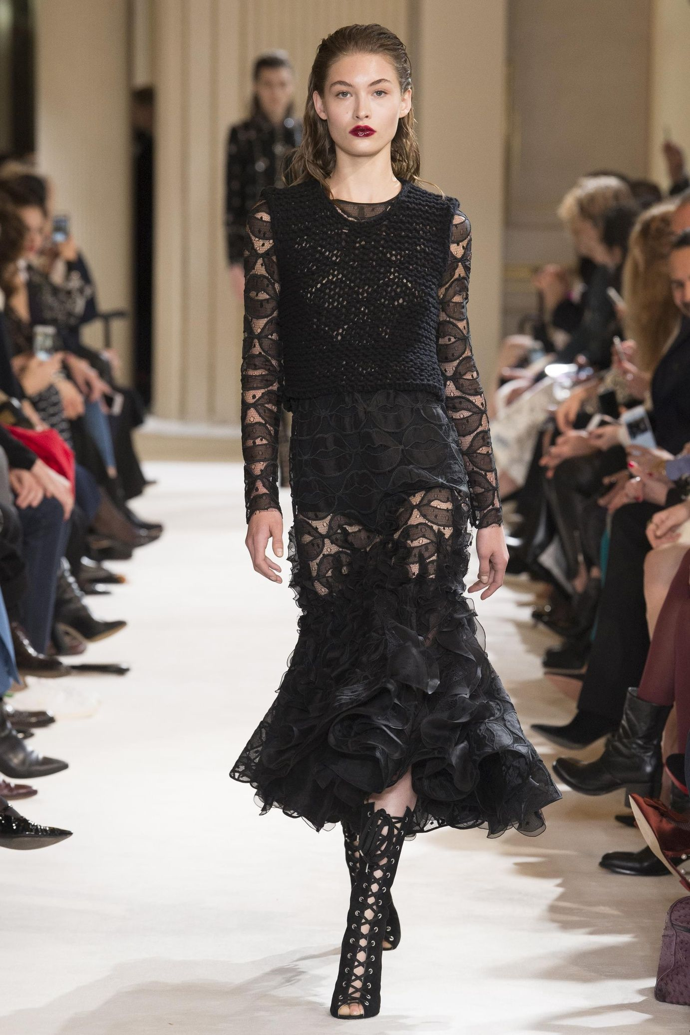 Porter une petite robe noire en hiver