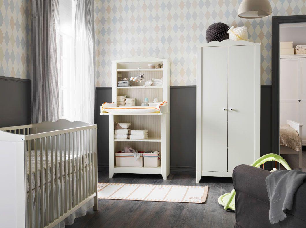 Espacio infantil con cuna blanca, ropero y mueble con cambiador ...