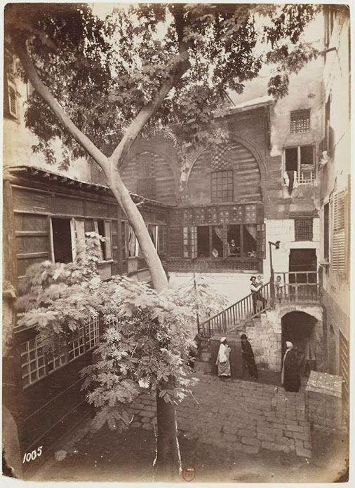 صورة جميلة جدا لأحد المنازل بالقاهرة القديمه في أواخر القرن التاسع عشر Old Egypt Egypt History Egypt