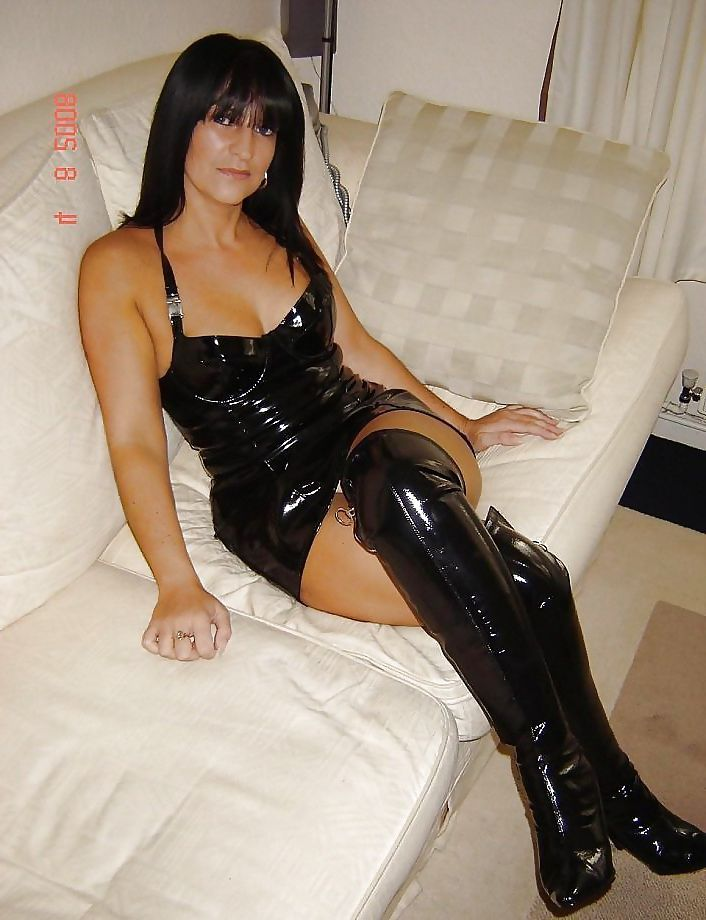 femme cougar brune avec bottes hautes et petites robe en. Black Bedroom Furniture Sets. Home Design Ideas