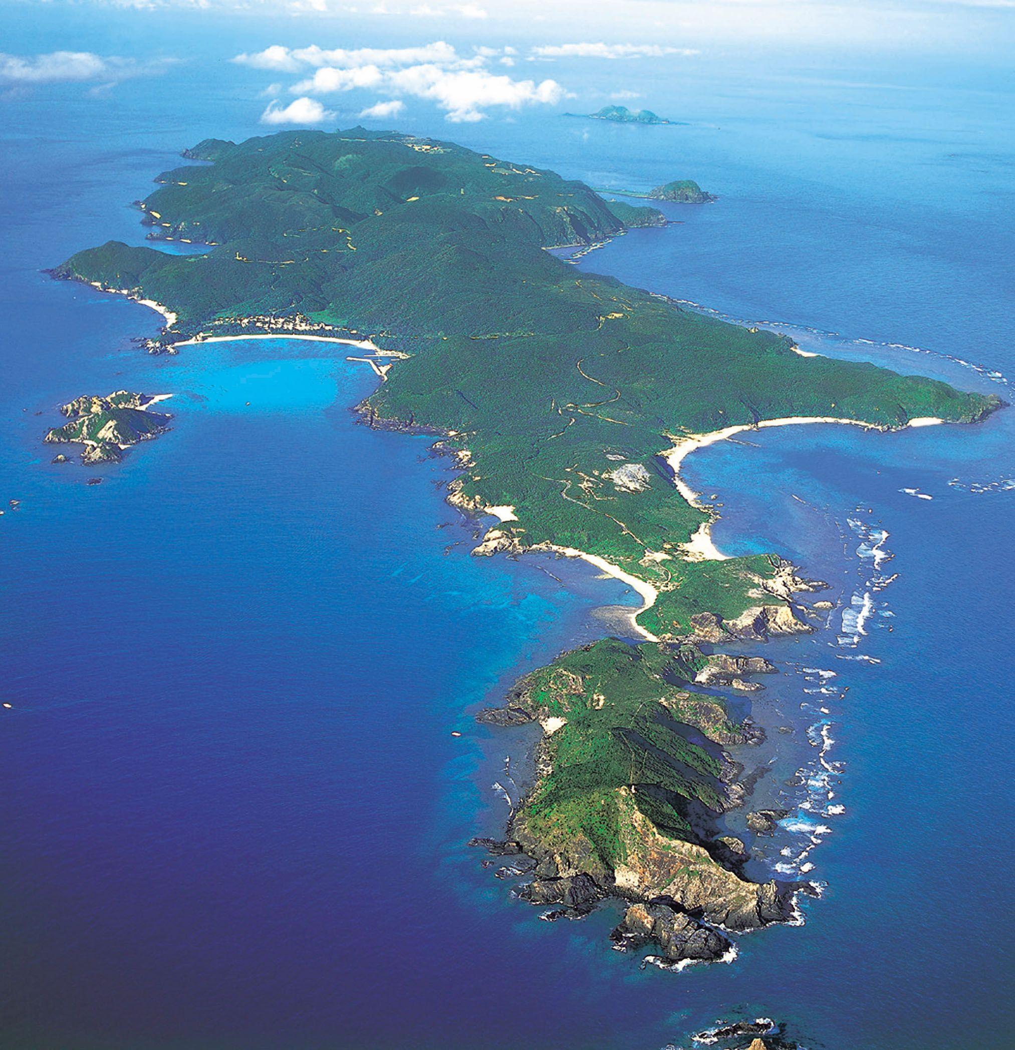 Aerial of Tokashiki Island, Okinawa, Japan ✯ ωнιмѕу ѕαη∂у ...