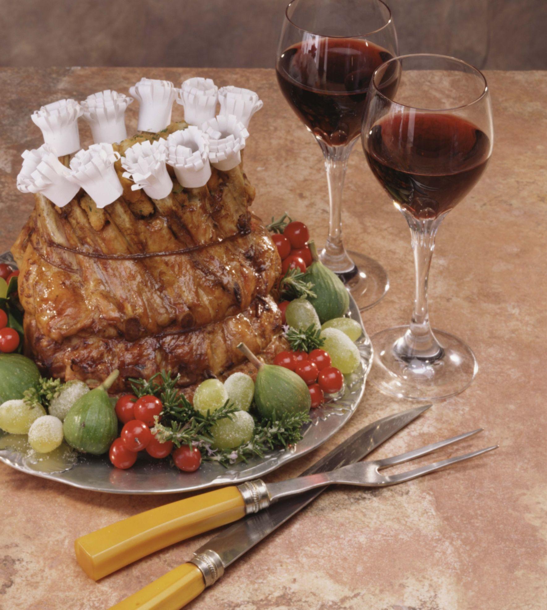 Cómo hacer una corona de costillar de cerdo asada con relleno y arándanos