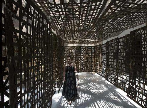 Pasillo suspendido en hierro, de Cristina Iglesias.