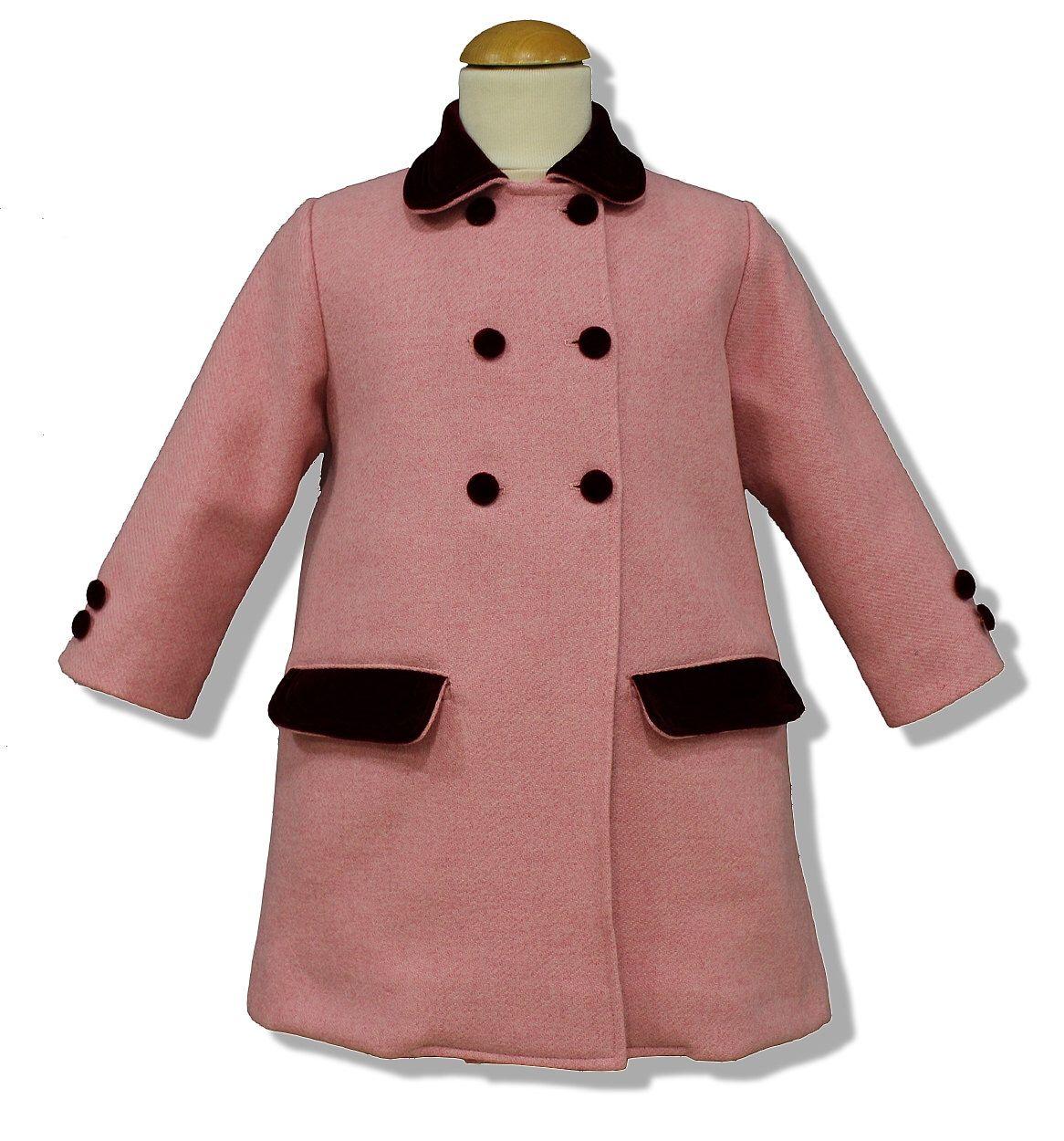 ad302fb9c Abrigo para niña modelo clásico inglés, en paño rosa con adornos en ...