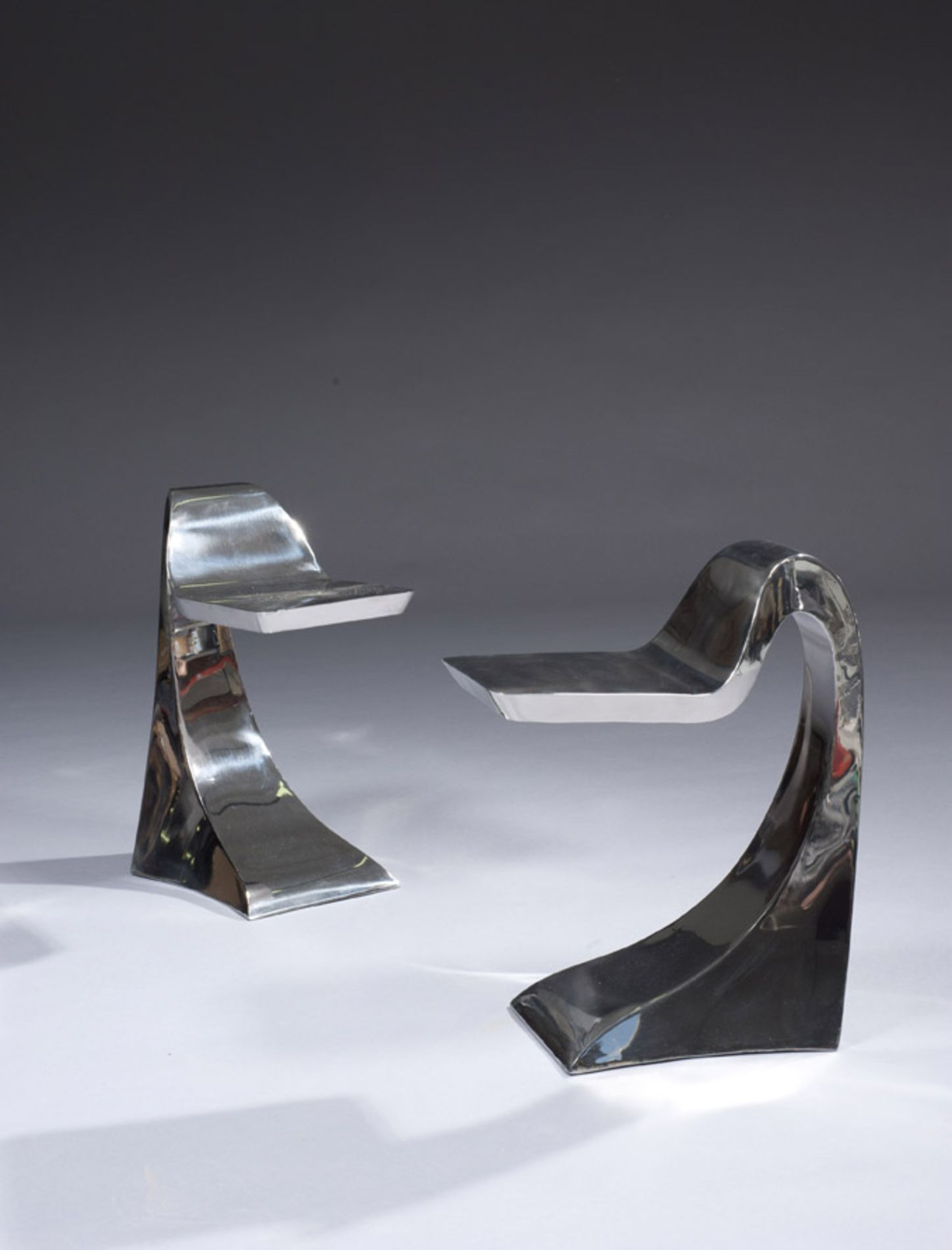 Guillaume PIECHAUD (né en 1968) Paire de tabourets en inox poli miroir, 2005 Numérotés 6/100 et 19/100 Hauteur : 62,5 cm - Largeur : 28 cm - Profondeur : 48,5 cm