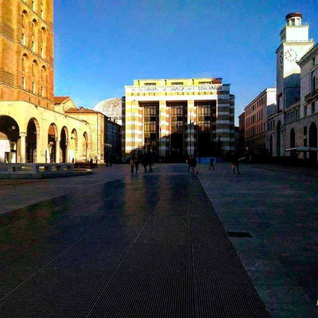 Salutiamo il #2017 con gli intensi colori di piazza Vittoria, immortalati dallo scatto di @dopamina_85 ❤️ ____________ #Brescia  #instabrescia #instalombardia  #volgobrescia  #photooftheday #bestoftheday #picoftheday  #sky #beautiful #view #scenery  #landscape  #landscapes #igs_photos  #bresciafoto  #italianlandscapes  #italiainunoscatto #top_italia_photo #volgobrescia  #movingculturebrescia  #visititalia #italian_trips #loves_madeinitaly #architecture #building  #architexture  #myprovbs…