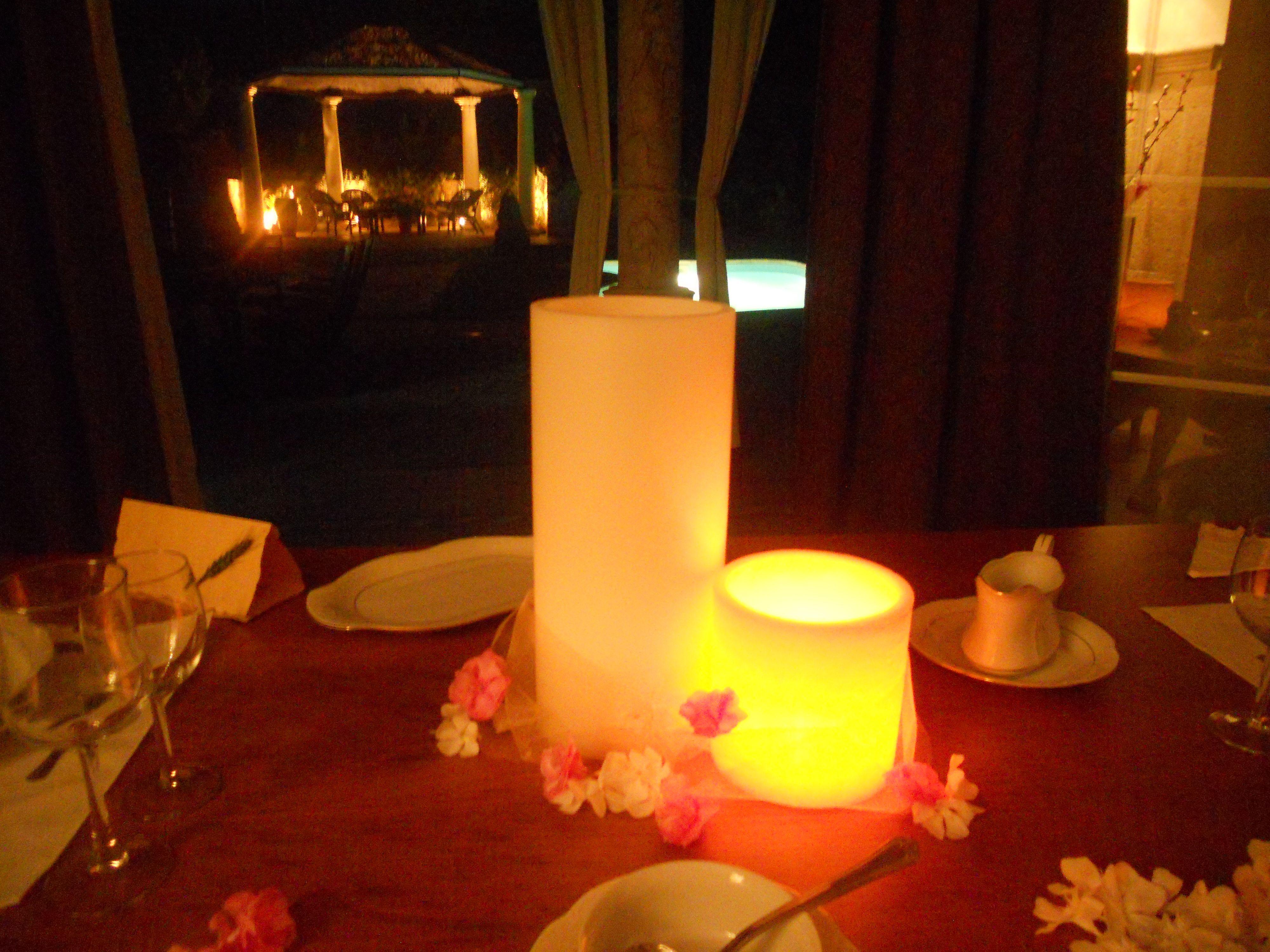 En una cena rom ntica las velas son parte imprescindible de la decoraci n de la mesa nos da un - Cena romantica con velas ...