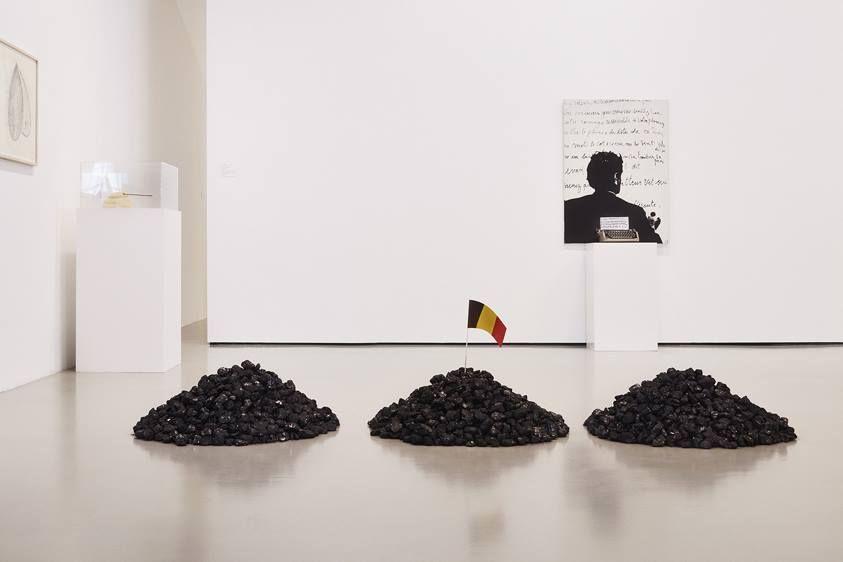 """Marcel Broodthaers, """"Trois tas de charbon"""" (Drei Kohlehaufen / Three piles of coal), 1966–67 / Foto: Achim Hatzius [Fridericianum]"""