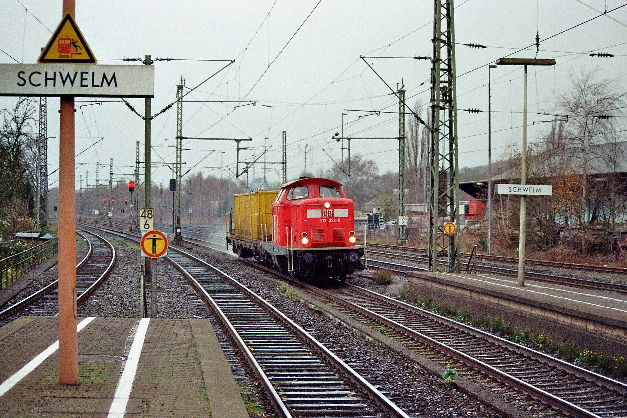 2009.11.24.  Im Herbst kommt es im Bergischen und im Sauerland wegen glatter Schienen oft zu Verspätungen. Dagegen setzt die DB sogenennte Schienenputzzüge ein . Hier ist 212-323 aus Wuppertal kommend in Schwelm zu sehen