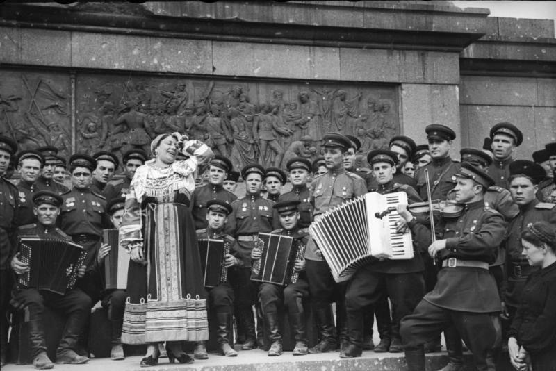 Лидия Русланова, выступающая на фоне Триумфальной колонны ...