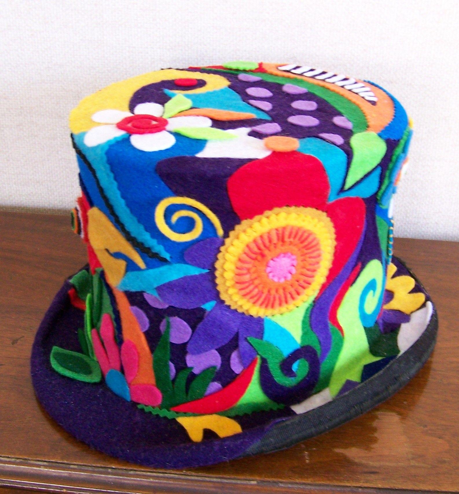 Sombrero de copa decorado con formas de fieltro  230a9c41dd8