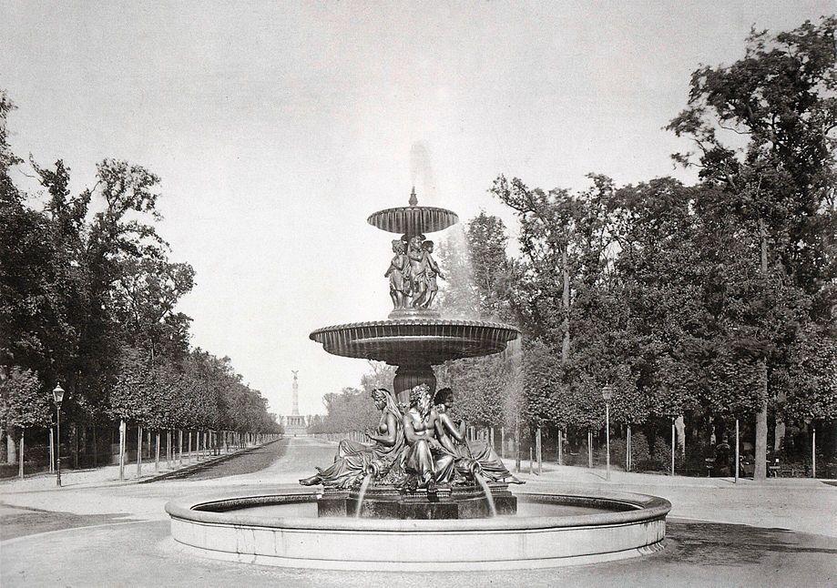 Der Wrangelbrunnen Auf Dem Kemperplatz Im Hintergrund Die Siegessaule Berlin Vor 1902 O P Berlin Alte Bilder Historische Fotos