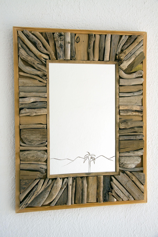 Espejo vertical con marco hecho a partir de trozos de maderas ...