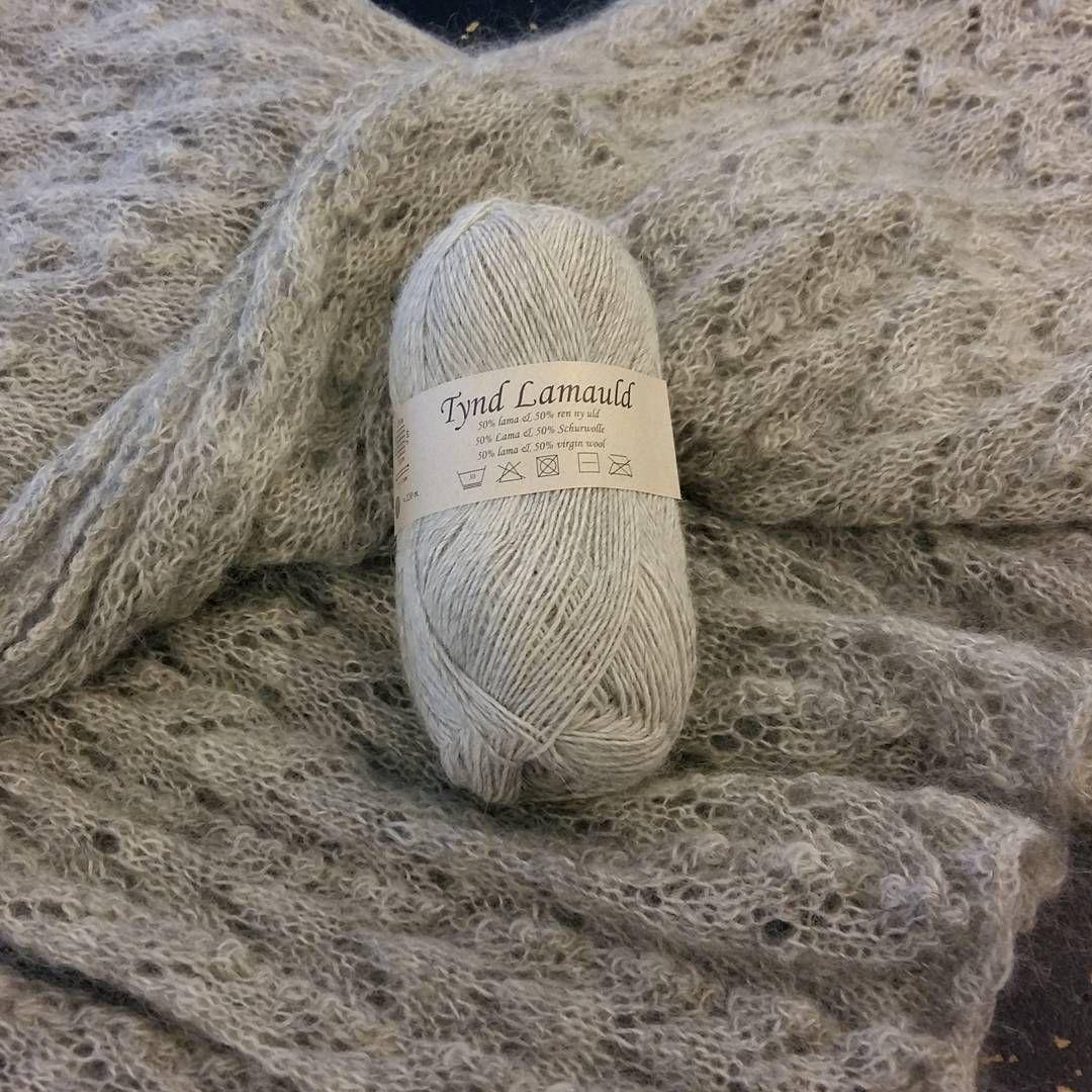 Laaaangt tørklæde strikket i #tyndlamauld  fra #camarose.  Uhm, lækkert. Mål: ca 200 × 45 cm #millemarengs #strik #inspiration