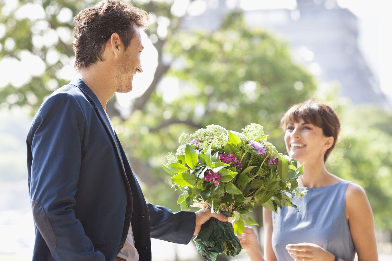 Картинка мужчина дарит цветы женщине на коленях