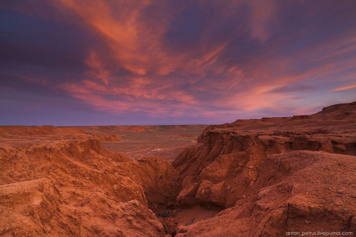 Пылающие скалы Баянзаг в пустыне Гоби | Ландшафт