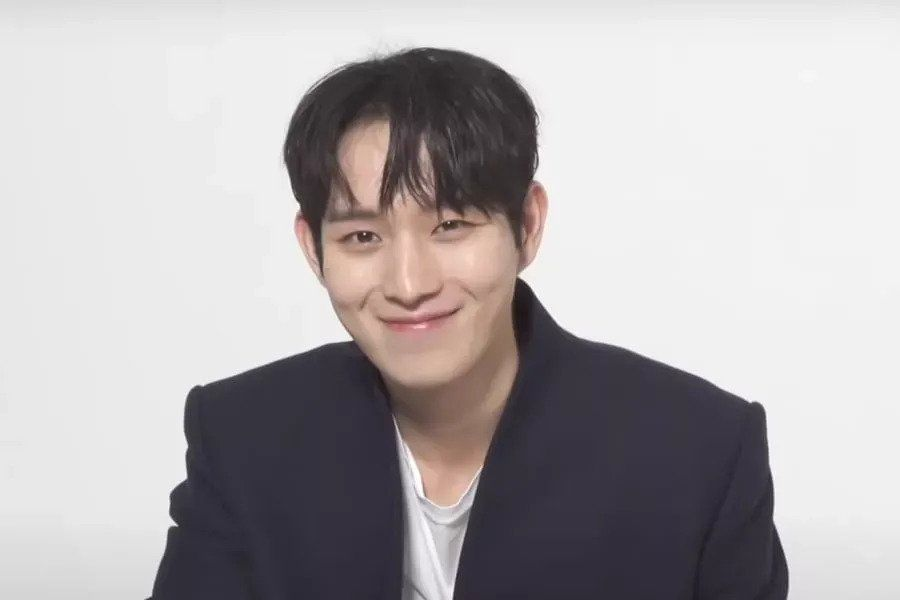 "Watch: Kim Young Dae Answers Questions About His Preferences, ""The Penthouse,"" and More"
