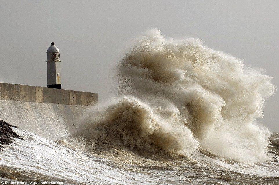 Almachtige kracht: Grote golven opgezweept langs de kust van Porthcawl, Wales, vandaag als...