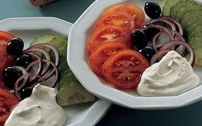 Salat med krusemyntedressing God frokostsalat serveret sammen med brød, eller som tilbehør til aftensmaden.