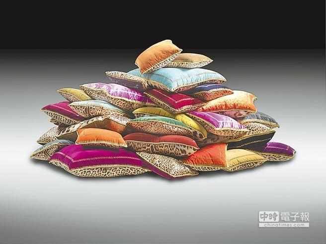 Roberto Cavalli家居系列抱枕向來受到粉絲喜愛,貴氣搶眼。(Roberto Cavalli提供)