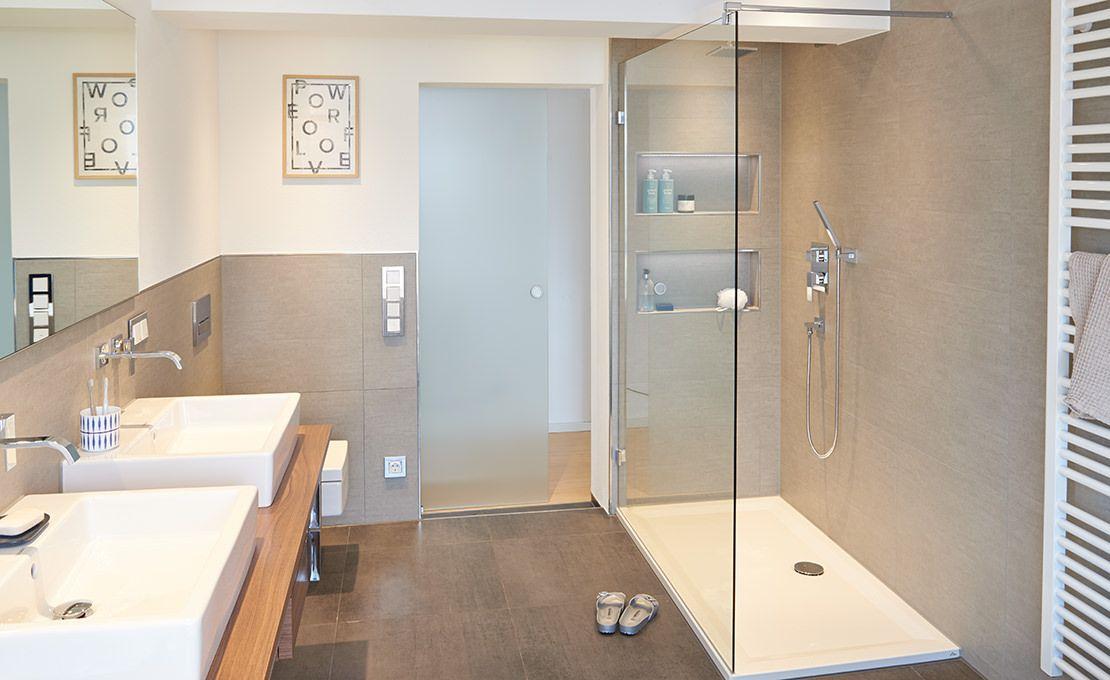 Minimalistische Fliesen In Begebarer Dusche Mit Duschrinne