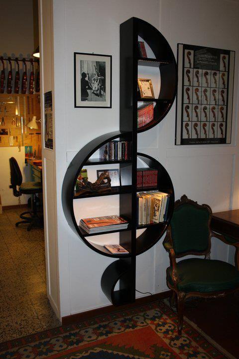 Libreria a chiave di violino. Bellissima!