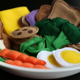 Use These Free Felt Food Patterns to Make Great Handmade Gifts for a Child #felttoys