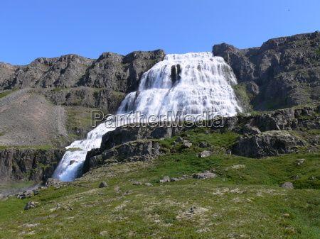Gewaltig schießt das Wasser den Dynjandi hinab (Westfjorden)