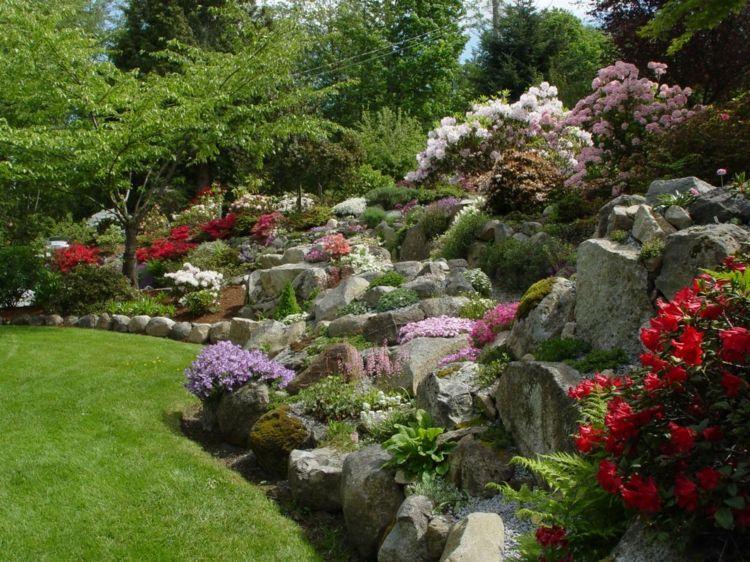 Üppiger Steingarten Mit Bunten Blumen Auf Einem Hang