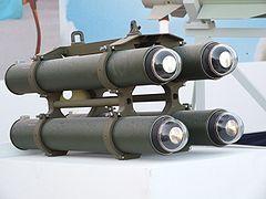 """El misil antitanque """"LAHAT"""" (en inglés: La ser Horming Attack, o La ser Homing Anti- T ank''), también como una inflexión del hebreo (en hebreo: להט, incandescente), es un sistema de misiles antiblindaje semiactivo de accionamiento y apuntamiento por láser de bajo peso de tercera generación.2"""
