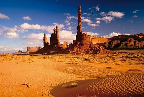 Il Monument Valley Tribal Park si trova negli Stati Uniti, tra Utah e Arizona ed è parte del Colorado Plateau. Le formazioni sabbiose e rocciose sono il risultato di milioni di anni di erosioni. L'ossido di ferro dona alle rocce e a questi luoghi il caratteristico colore rossastro.