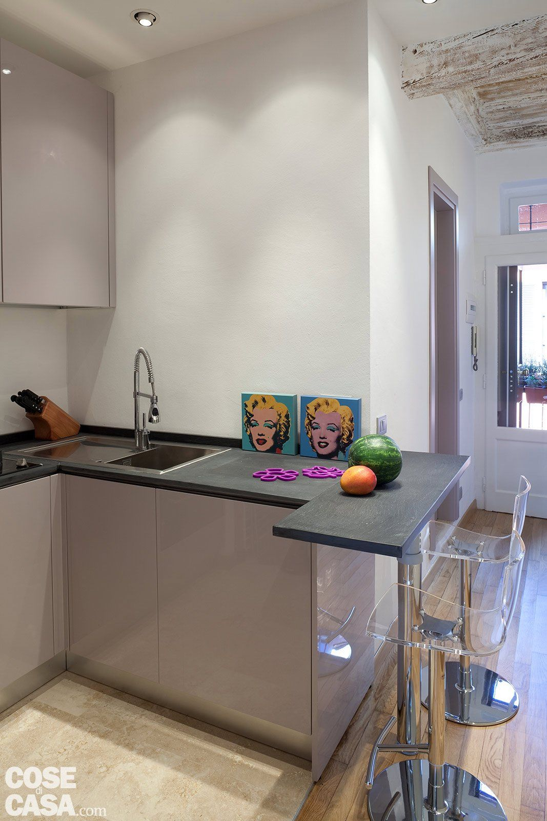 Cucina Soggiorno Stretta E Lunga una casa stretta e lunga che ottimizza lo spazio (con