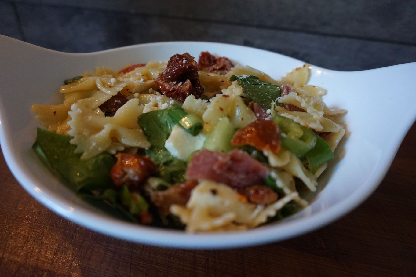 Rezept frischer Nudelsalat Farfalle mit Parmesan