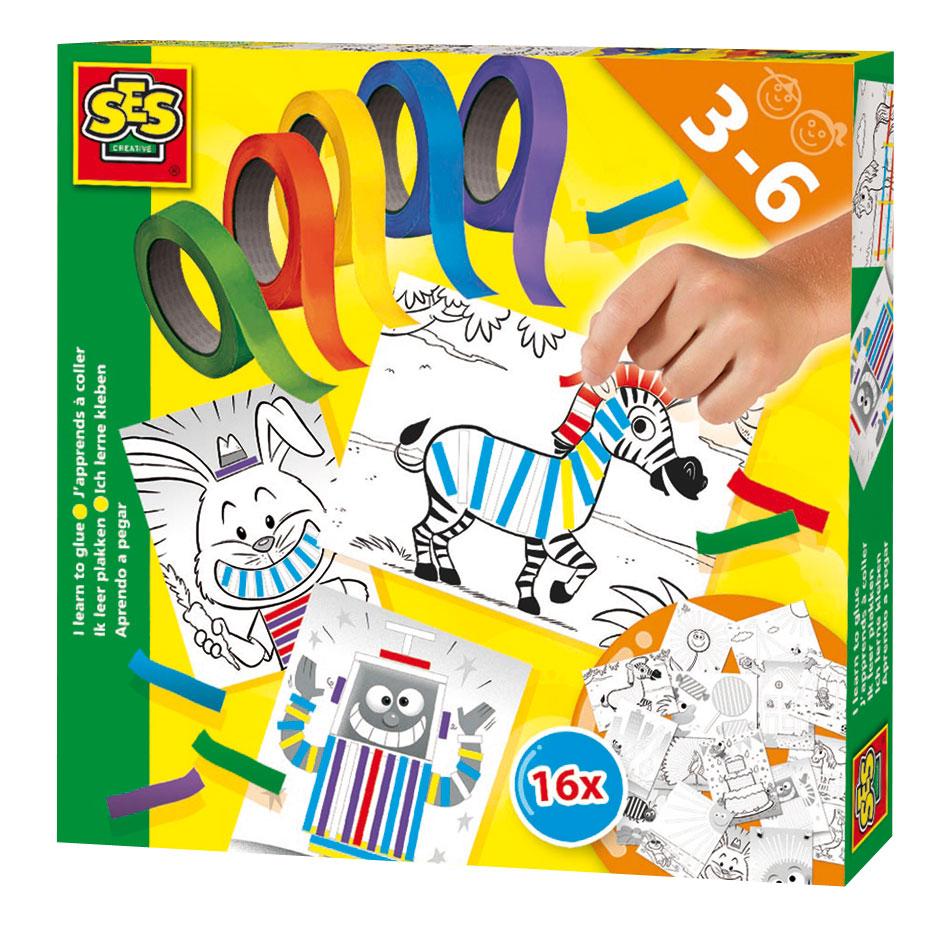 Ga creatief aan de slag met plaktape! Met gekleurd plaktape creëer je de mooiste kunstwerken op voorbedrukte kaarten. Kies je ervoor om netjes binnen de lijnen te gaan of laat je liever je fantasie op de vrije loop gaan? Dat mag jij bepalen!In de verpakking zitten maar liefst 16 voorbedrukte kaarten met leuke plakopdrachtjes en vijf rollen gekleurd plaktape. Veel plezier met plakken! Afmeting: 20 x 20 x 4 cm - SES Ik Leer Plakken
