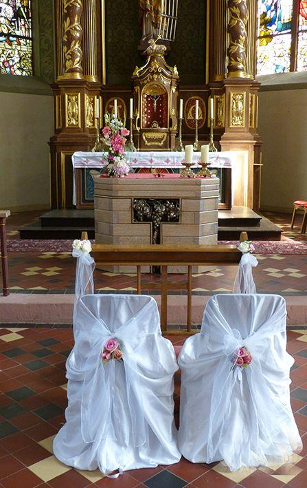 Hochzeit im Rheingau. Kirchendekoration mit Bankschmuck, Altargesteck und Brautstühlen