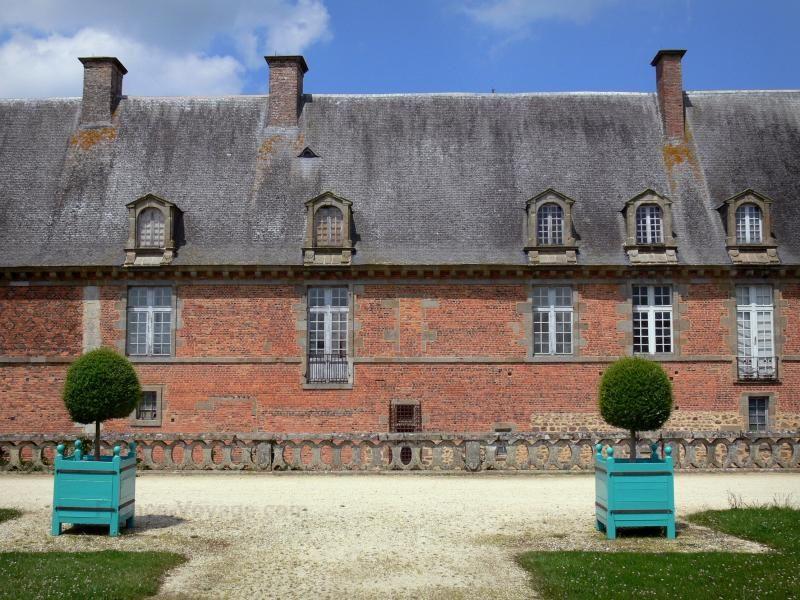 Château de Carrouges: Façade du château et arbustes en pots - France-Voyage.com