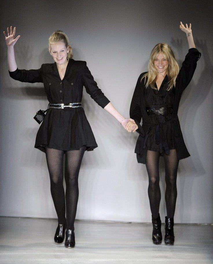 """[kml_flashembed movie=""""http://www.youtube.com/v/NvsPnhigzEE"""" width=""""425"""" height=""""344"""" allowfullscreen=""""true"""" fvars=""""fs=1"""" /] Sienna Miller e sua irmã Savannah apresentaram a Spring 2010 collection da Twenty8Twelve by S. Miller na segunda, dia 09 de novembro, para convidados da Vogue, Marie Claire, Teen Vogue e Intermix. A inspiração veio Willem de Koonig e Jackson Pollock."""