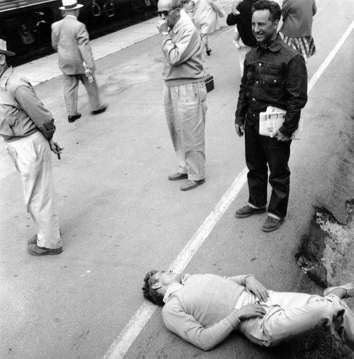 James Dean en un descanso del rodaje de 'Al este del Edén', dirigida por Elia Kazan (1955)