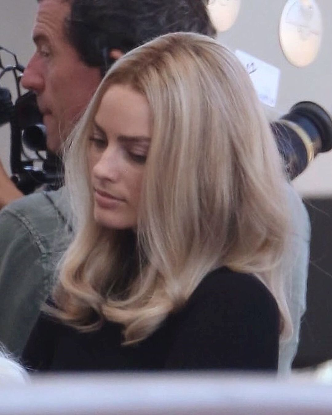 Margot Robbie As Sharon Tate On The Set Of Once Upon A Time In Hollywood Margotrobbie Onceuponatimeinhollywood Hair Cool Hairstyles Margot Robbie Hair