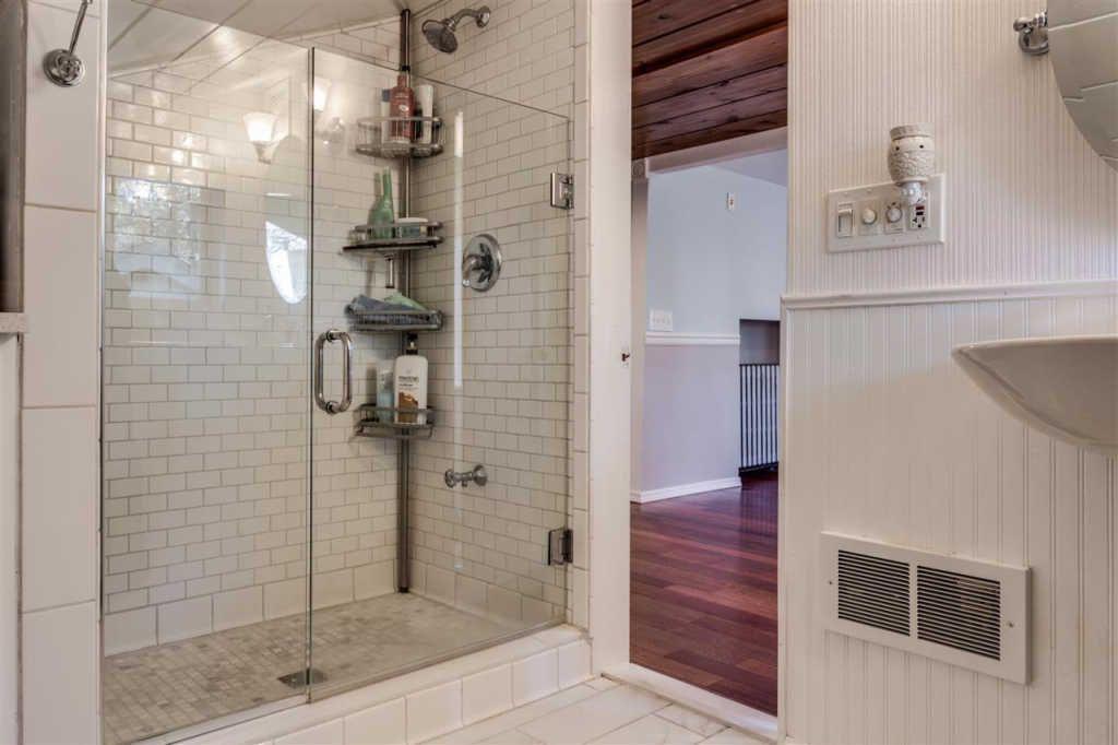 903 W 16th Ave Spokane Wa 99203 Mls 201813059 Zillow Bathroom Home Alcove Bathtub