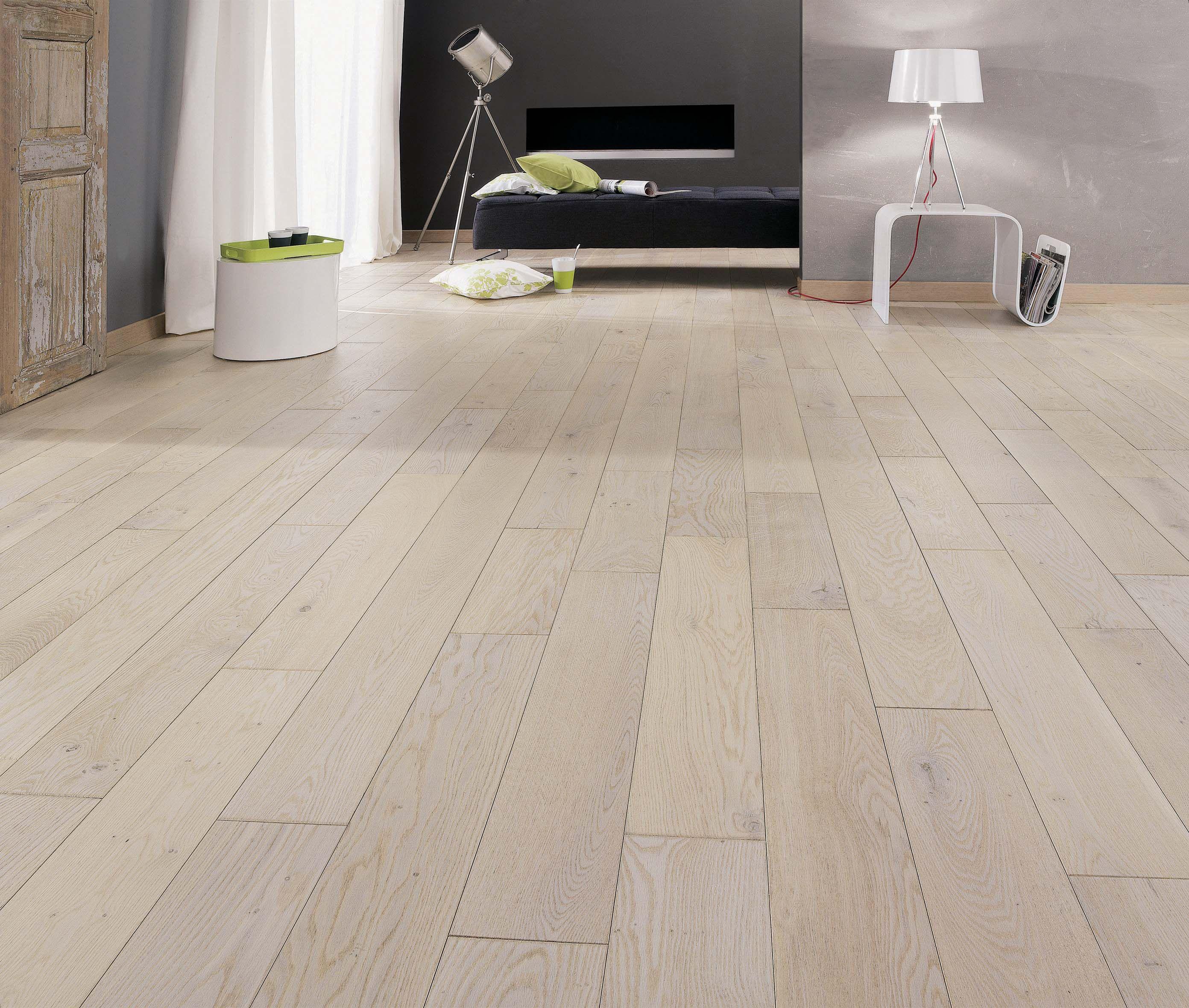 Dans Cette Chambre Sublime Parquet Massif En Chene Blanchi Avec De Belles Veines Reference Parquet Chene Authent Flooring Tiles Designs Flooring Tile Floor