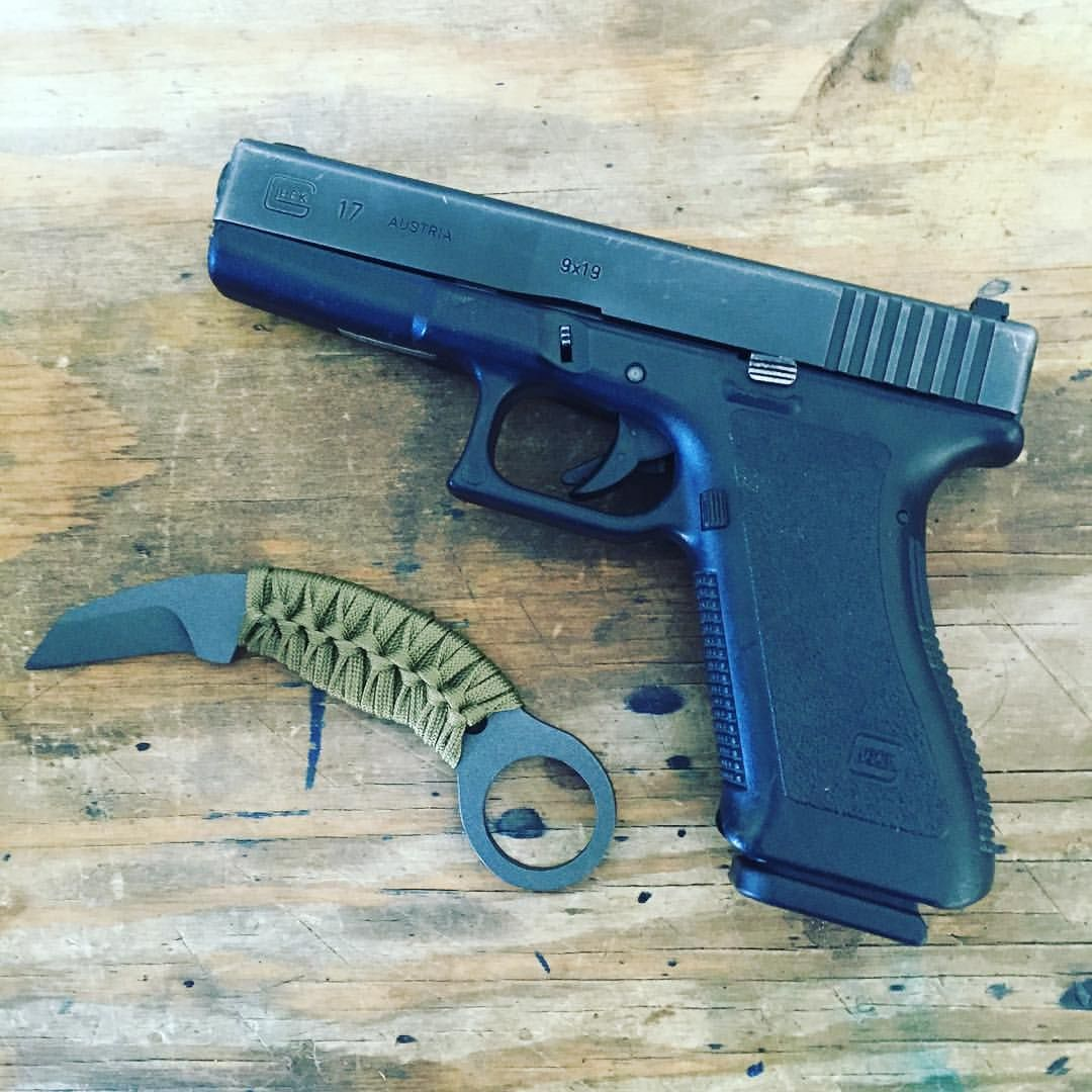 A little #edc pic!  #minikarambit #glock #G17 #karambit #pistol #guns #2A #ccw #everydaycarry #concealedcarry #customknives #customblades #knifeporn #igmilitia #knifemaker #cerakote #tungsten #paracord #knivesdaily #knivesofig #knifemaker #handmade