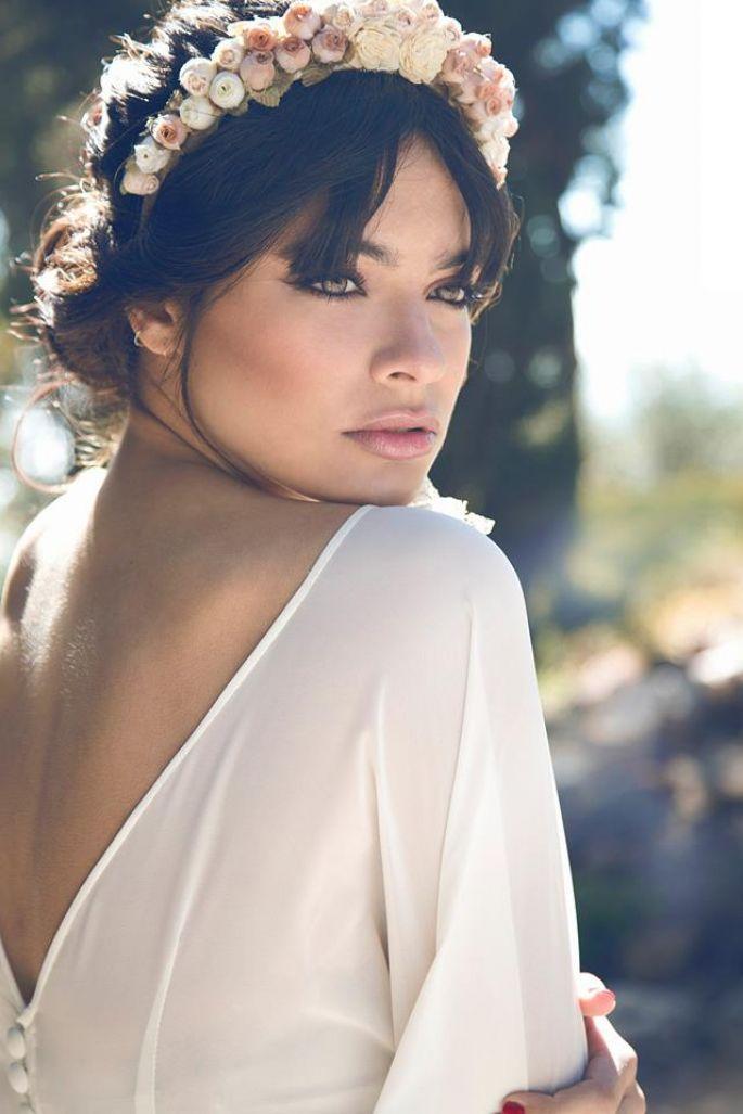 Lluvia de ideas peinados con diadema para boda Colección De Cortes De Pelo Tutoriales - Corona de flores | Maquillaje invitada boda, Maquillaje ...