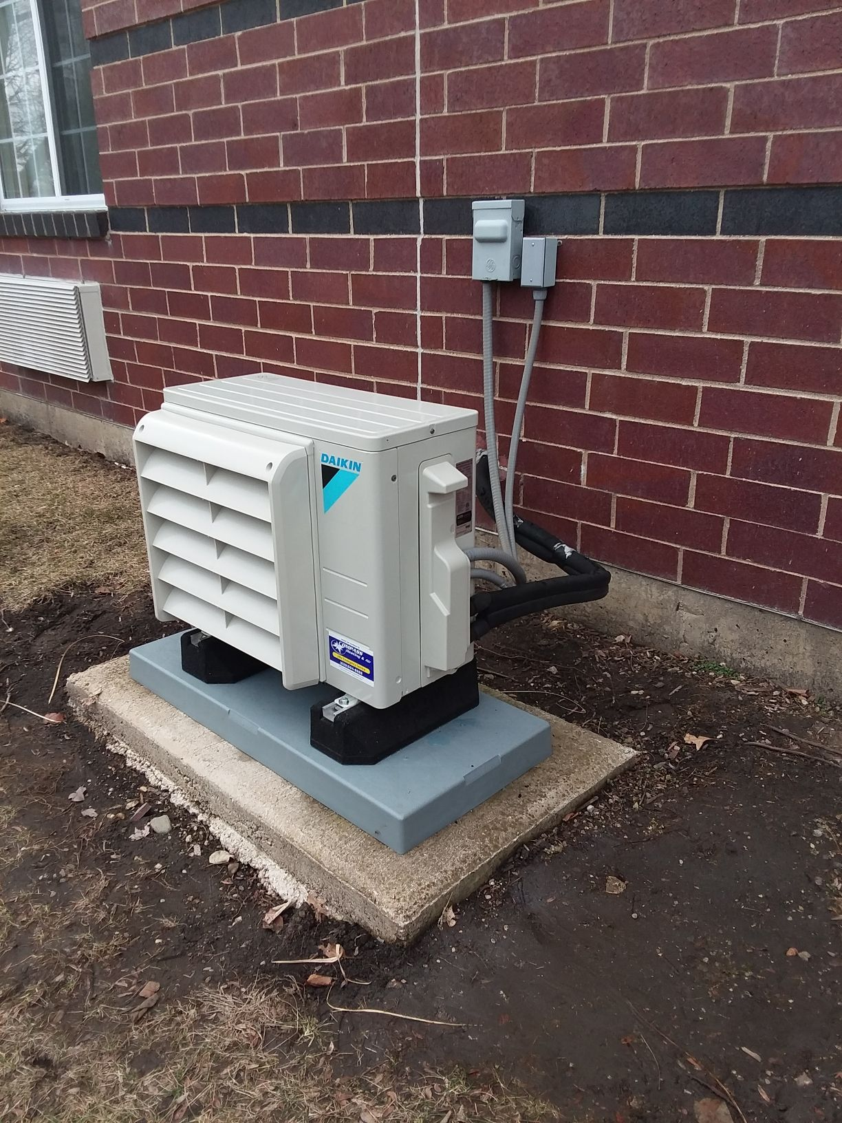 Daikin outdoor unit installed with baffle option to allow