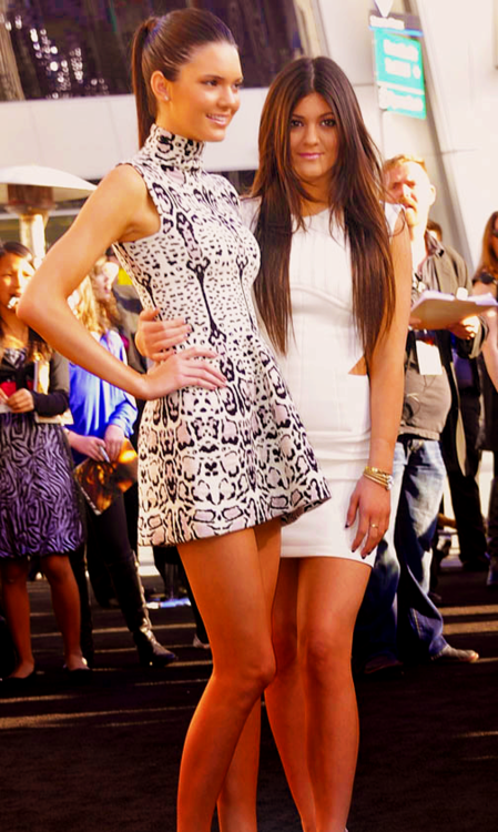 Kendall & Kylie Jenner at Hunger Games premiere!