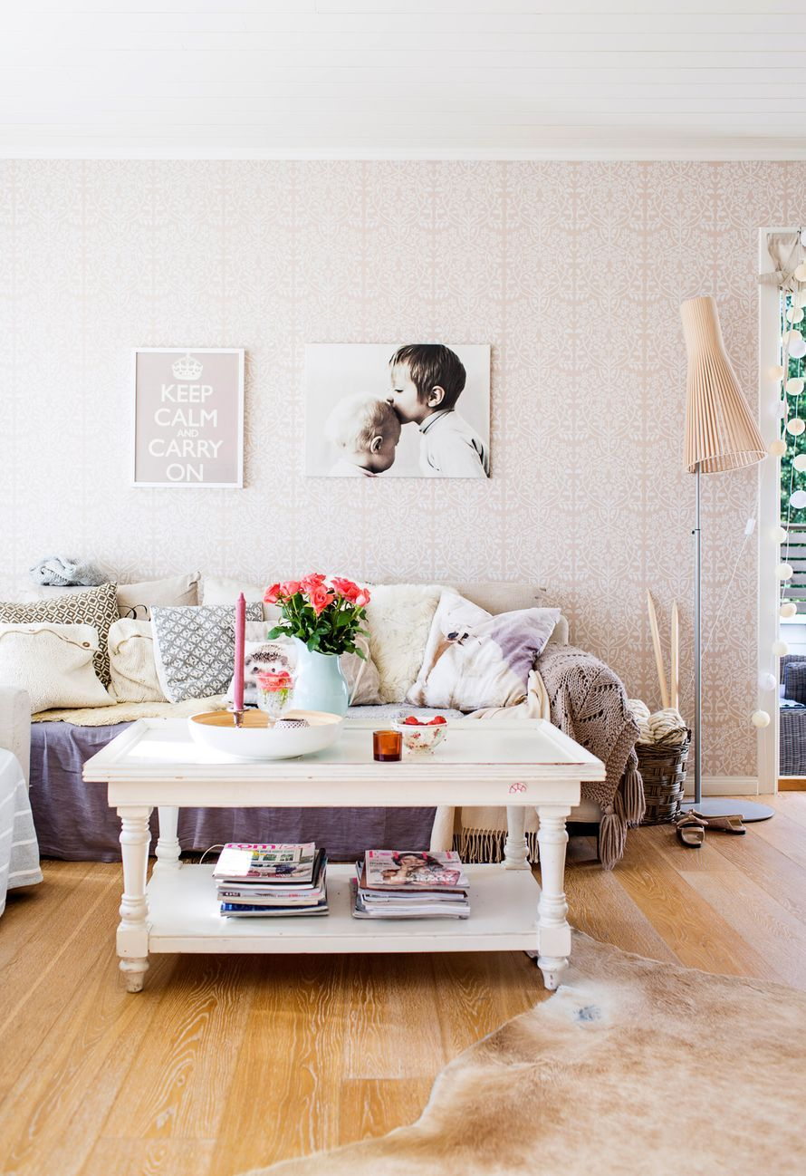 Lämpimästi puettu sohva kokoaa perheen syksyisin loikoilemaan. Johanna pitää sisustuksen maanläheisyydestä. Lämmin ja sopivan rosoinen sekoitus syntyy neuleista, taljoista, pellavasta ja vanhoista huonekaluista.